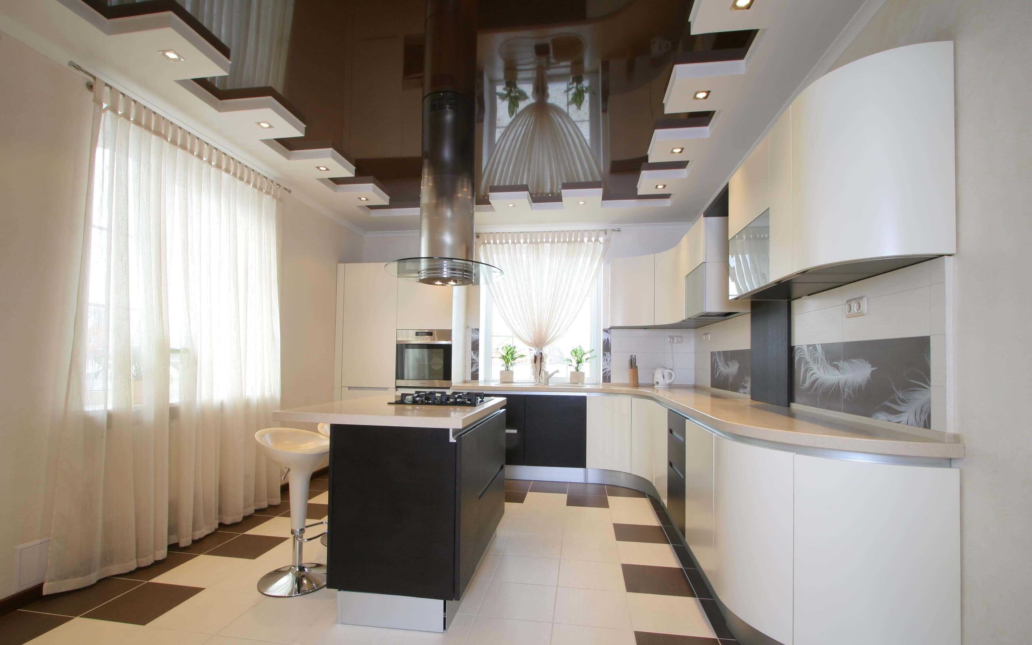 Плюсы натяжного потолка на кухне