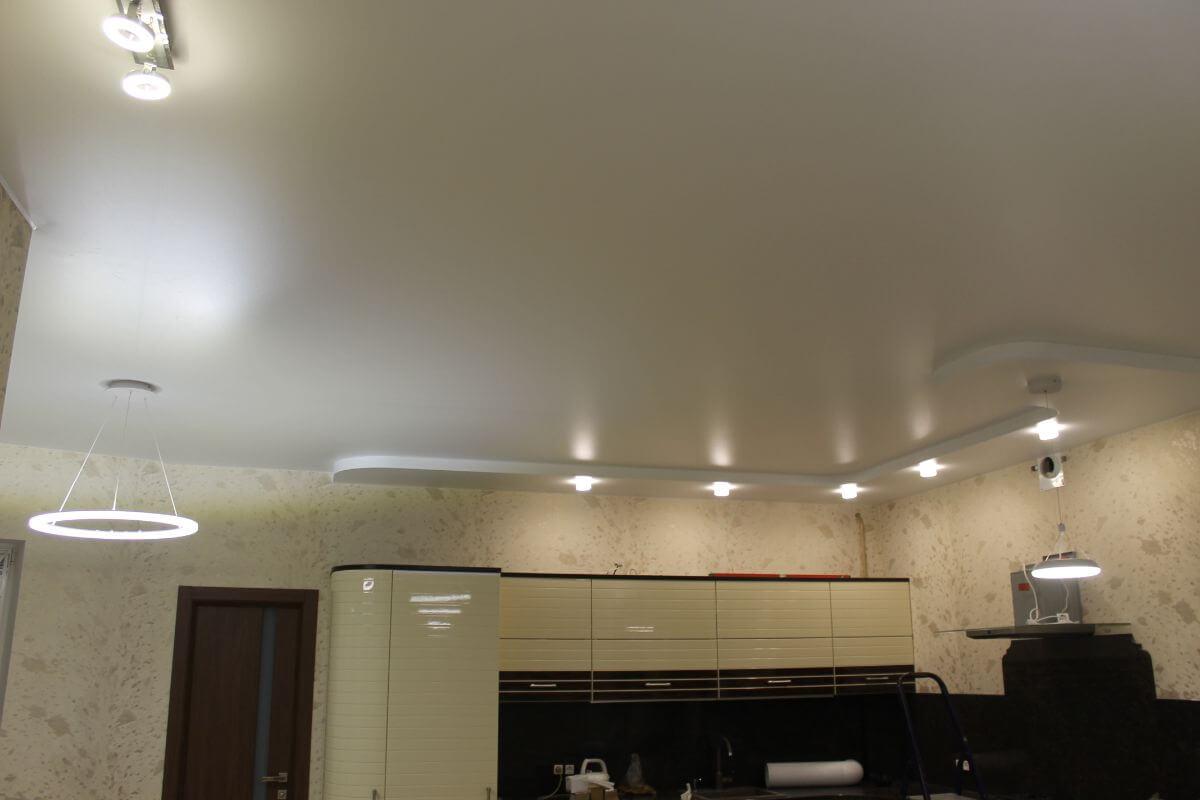 Работа с тканью натяжного потолка