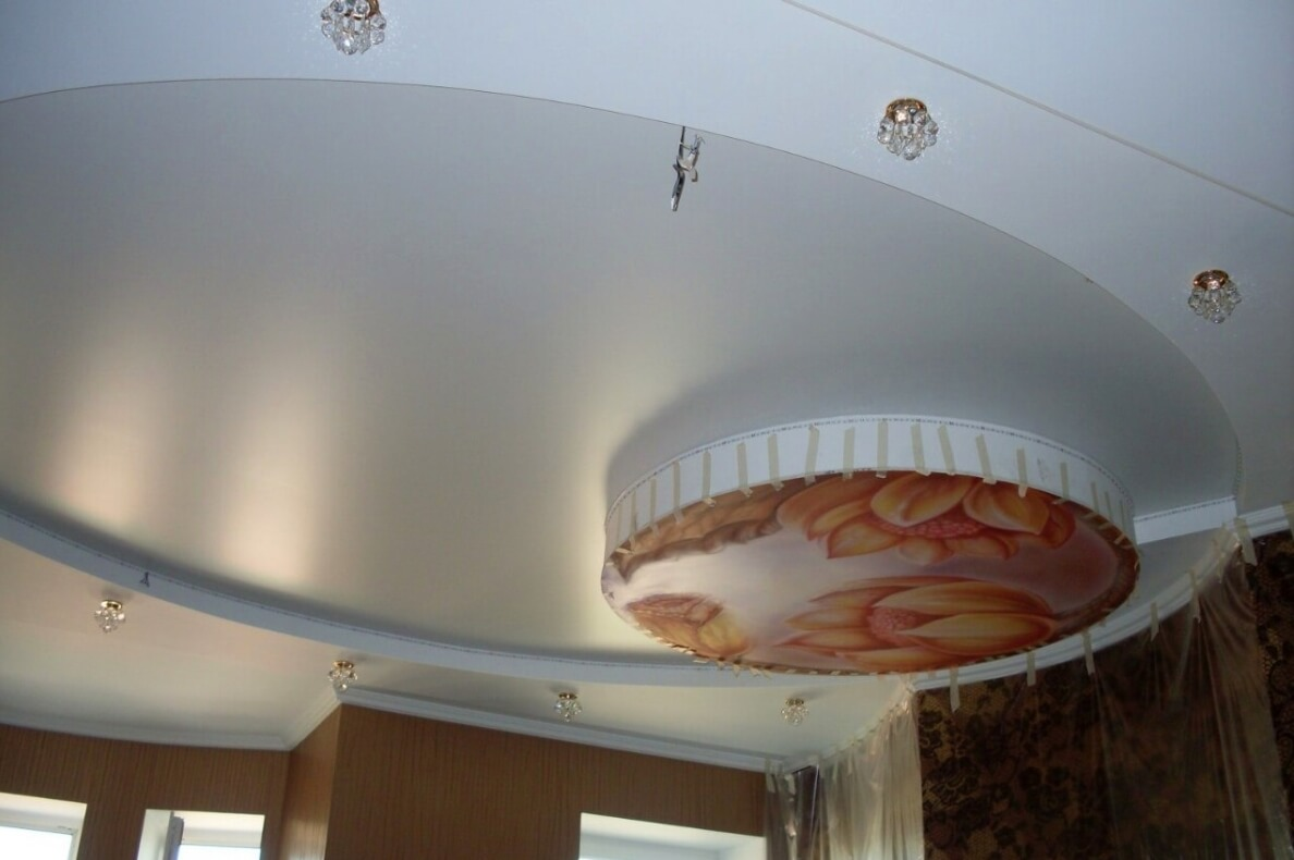 сатиновый натяжной потолок в большой комнате