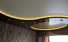 многоуровневый натяжной потолок в большой комнате