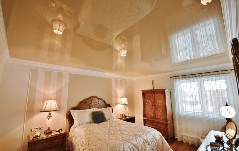 глянцевый натяжной потолок в кухне