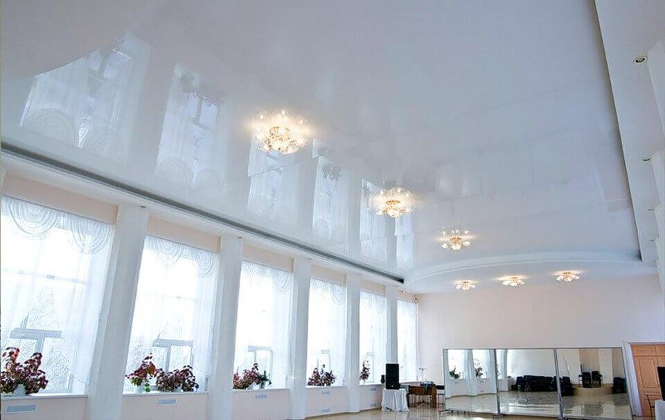 глянцева натяжна стеля в великій кімнаті