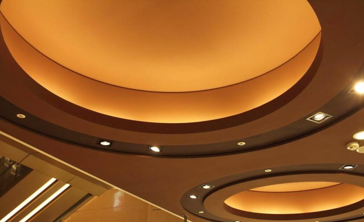 многоуровневый натяжной потолок в кухне