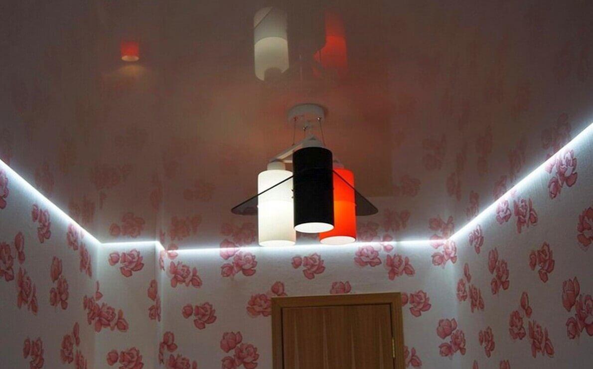 парящий натяжной потолок в большой комнате