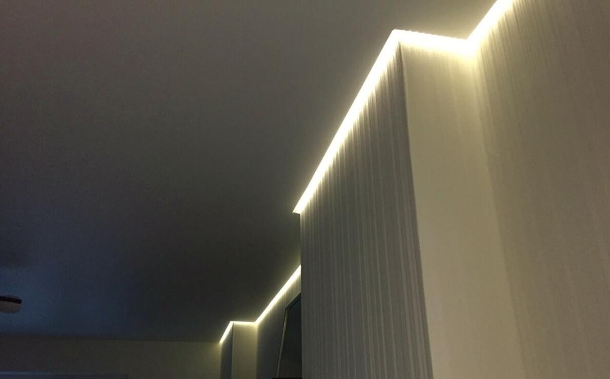 парящий натяжной потолок в маленькой комнате