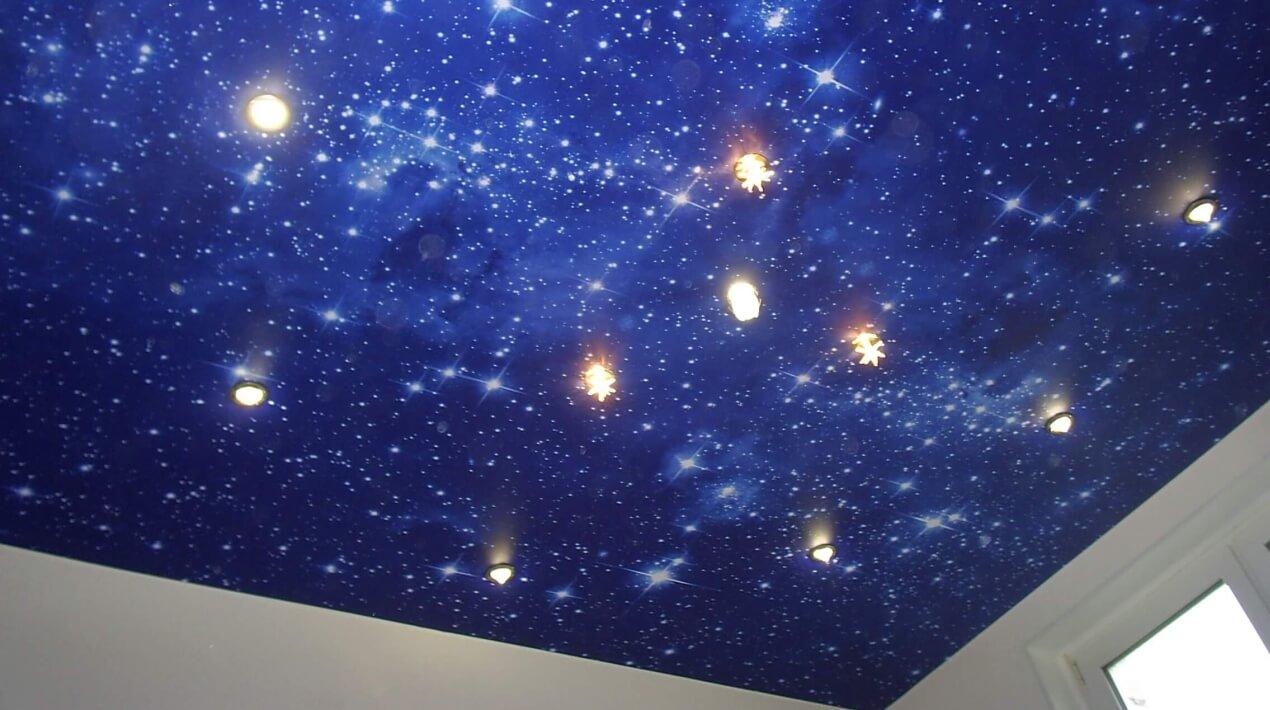 натяжной потолок звездное небо в большой комнате