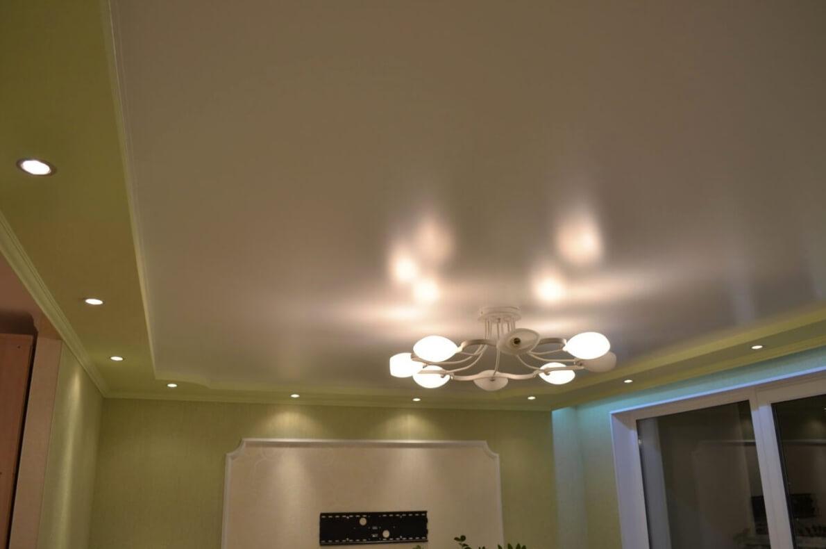 сатиновый натяжной потолок в маленькой комнате